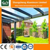 Pérgola con techo de policarbonato y aluminio
