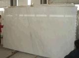 高貴で白い大理石の平板のタイル