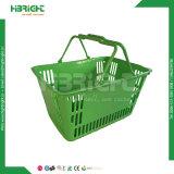 O dobro segura a cesta de compra plástica do supermercado