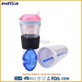Agua plástica clara y limpia para el jugo con la paja
