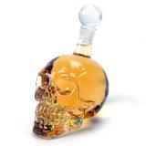 Alta botella clara de la vodka del cráneo del pedernal