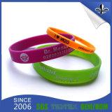 Lueur bon marché faite sur commande de bracelets de silicones de Debossed dans l'obscurité
