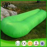 Lage Prijs 100% Polyester die het Opblaasbare Bed van het Strand vouwen