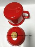 Borda de dobramento da caneca do esmalte com a tampa no vermelho