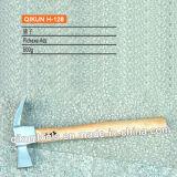 La mano del hardware della costruzione H-126 lavora il martello da carpentiere di tipo americano con la maniglia di legno ricoperta plastica