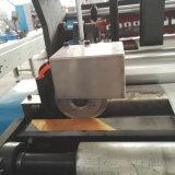 Pequeño rodillo automático del papel higiénico que hace la máquina
