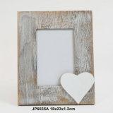 Marco de la foto del corazón de la vendimia lamentable madera