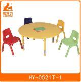 Tableau de salle de classe de gosses avec la présidence des meubles de jardin d'enfants