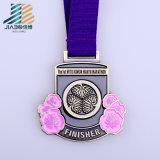 中国製高品質のエナメルのマラソンメダルホールダーの習慣はリボンが付いている金属メダルを遊ばす
