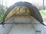 テントが付いている漁船