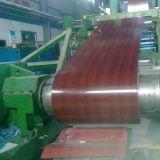 La bobina de acero con recubrimiento de color sobre el grano de madera