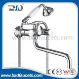 Le chrome duel de salle de bains de traitement Mur-Montent le mélangeur en laiton traditionnel de robinet de Bath