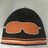 美しい羊毛のライニングが付いている刺繍のロゴによって編まれる帽子