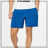 O homem ostenta Shorts da compressão dos Shorts do homem da aptidão da roupa