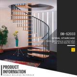 現代的な内部のカシ木螺旋階段
