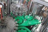 Glasflaschen-Bier, das abfüllende mit einer Kappe bedeckende Maschine ausspült