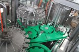 Cerveza de la botella de cristal que aclara la máquina que capsula embotelladoa