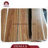 Struttura di legno che collega le mattonelle di pavimentazione del PVC