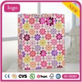 A roupa de forma colorida do teste padrão de flor calç o saco de papel do presente
