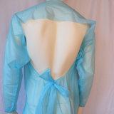 La robe d'isolement de CPE avec la boucle de pouce, ouverte habillent en arrière, robe bleue de film