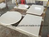 磨かれた水晶石の工場によって特定のサイズにカットされる水晶テーブルの上