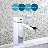新しいデザイン浴室の滝の真鍮の洗面所の洗面器の台所浴槽のシャワーのミキサー