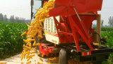 Modèles mûrs de moissonneuse de maïs avec quatre rangées de récolte