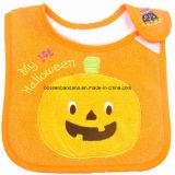 OEMの農産物はデザインによって刺繍されたカボチャHalloweenの祝祭の綿のテリーの赤ん坊の送り装置の胸当てをカスタマイズした