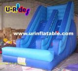 Pouca corrediça inflável da cor azul para o quintal
