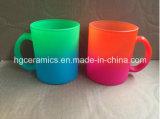 Caneca de vidro da cor de néon, caneca do vidro da cor do arco-íris