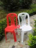 Anna escrever parte cadeiras de plástico de casamento ao ar livre