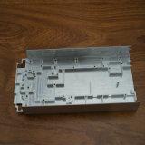 CNC подвергая механической обработке в алюминиевом профиле