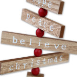 Árvore de Natal Decoração de mesa de madeira com alegria e esperança, paz, acreditar assinar em stock