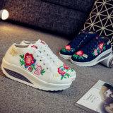 De vrouwen Geborduurde Schoen van het Borduurwerk van Schoenen