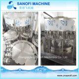 Разлитая по бутылкам чисто машина завалки воды