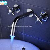 Venta caliente cuarto de baño de latón de alta calidad que conducen a la pared grifo LED Wash