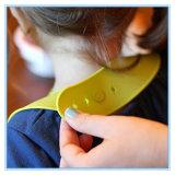 Los trapos fáciles del babero impermeable del silicón limpian al bebé y a niños