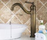 旧式な銅の浴室の洗面器のコック