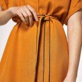 Las mujeres de la manera adelgazan la alineada de la ropa del vendaje de la camiseta del V-Cuello