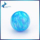 합성 단백석 구슬은 파란 실험실에 의하여 만든 단백석을 본다