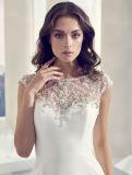 Luxuriöses wulstiges und gefaltetes zurück Hochzeits-Kleid