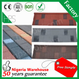 El material de construcción revestido de piedra del azulejo de azotea del metal escalona la azotea que cubre la muestra libre