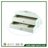白いラッカーを塗られた木の宝石類の収納箱