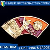中国の製造者OEMのロゴの印刷のギフトの金属の折りえりピン