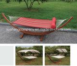 Jardín al aire libre de la hamaca del ocio con el palillo de madera