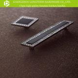 Ручка и ручки тяги шкафа мебели кристаллический