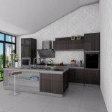 光沢度の高く白いラッカーを塗られた台所食器棚