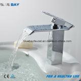 Tarauds de mélangeur de fantaisie de vente chauds de bassin de cascade à écriture ligne par ligne de salle de bains