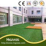美しい緑の庭の装飾の景色の総合的な草の泥炭