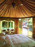 Шатер гостиницы курорта для напольной партии с мебелью